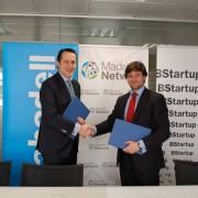 Héctor Casado y Alberto Maté, de Madrid Network y Banco Sabadell, respectivamente, en la firma del convenio. E. M.