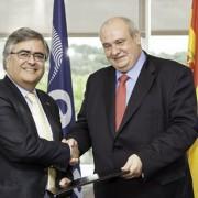 Alvaro Giménez, director de ESAC, y Carlos Conde, rector de la UPM, tras la firma del acuerdo en ESAC/ Foto: ESA.