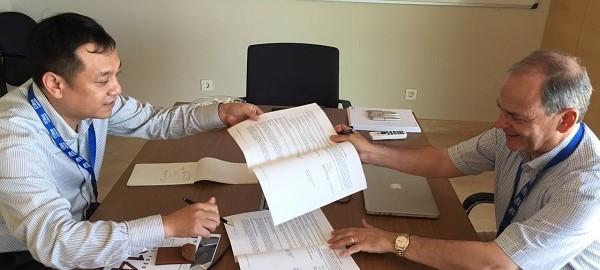 El Prof. Javier LLorca (IMDEA Materials) y el Prof. Xiaodong Shen (NanJing Tech University) firmando el acuerdo de colaboración entre ambas entidades